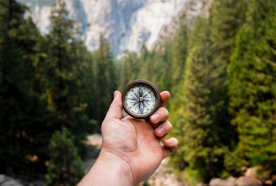 kompassi kädessä luonnon keskellä