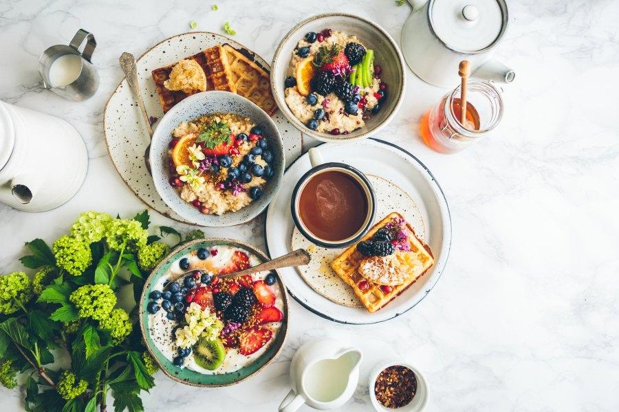 ruokalajeja lautasella pöydällä