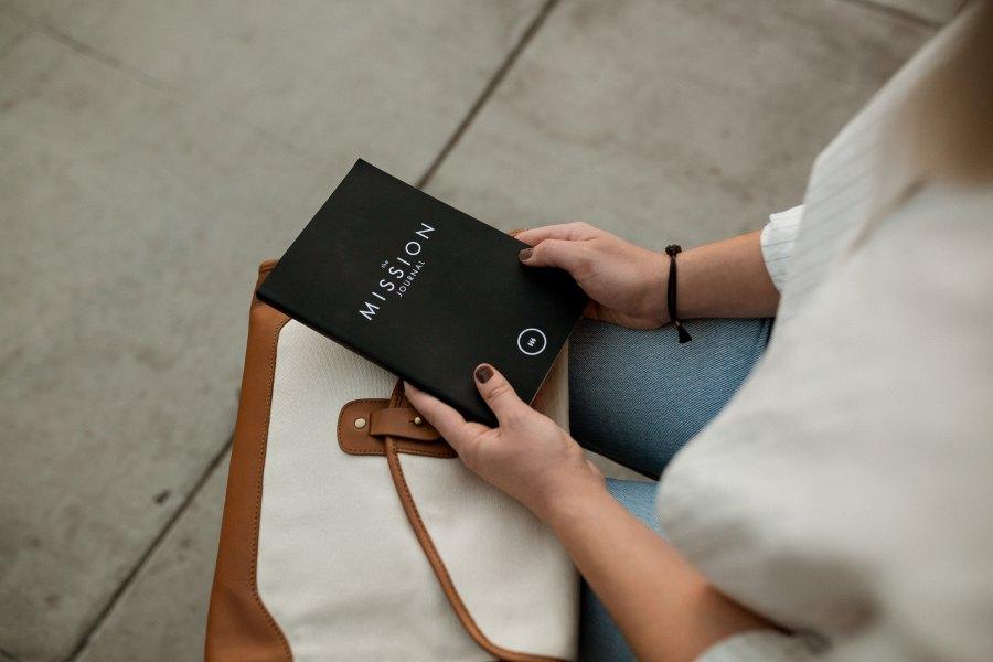 nainen kirja kädessä