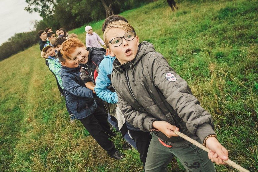 lapsia köydenvetokilpailussa