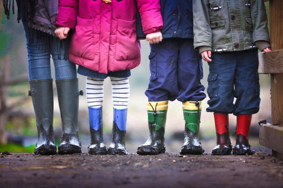 neljä lasta rivissä, vain kengät näkyvät