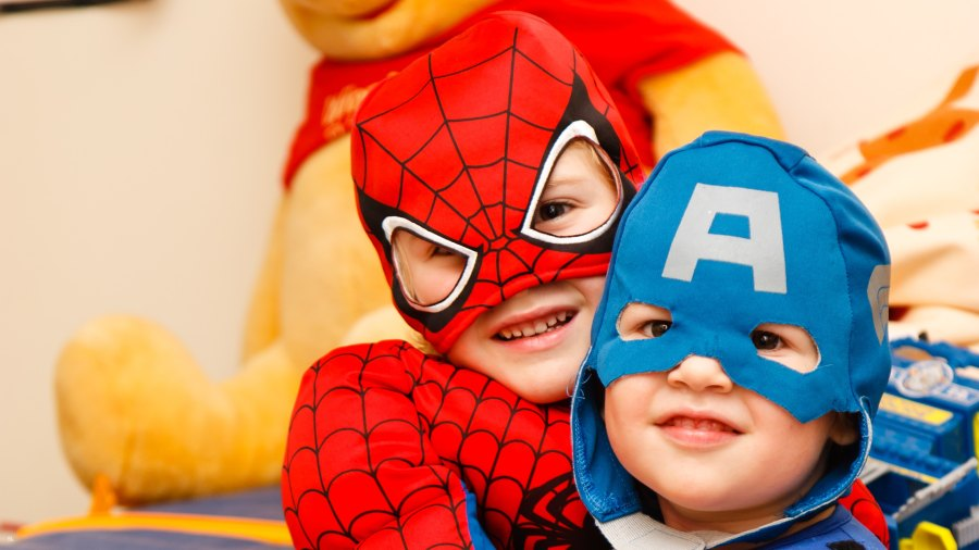 kaksi lasta supersankariasut päällään